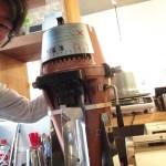 こちら100万円のコーヒーミル。粉で買うか、豆で買うか、どっちが良いの?