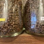 深煎りのコーヒー豆の粒は、中煎りのそれより大きいのはなぜ