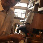 コーヒー豆を購入するとき、専門店で粉にしてもらった方が美味しいの?