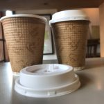 こうしたら香りが広がる!テイクアウトのコーヒーカップにフタは本当に必要?
